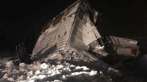 Дом, разрушенный в результате схода лавины в районе горнолыжного комплекса Гора Отдельная в Норильске