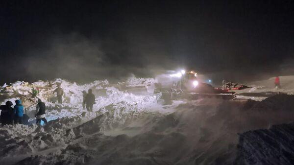 Сотрудники МЧС РФ проводят поисково-спасательные работы в районе горнолыжного комплекса Гора Отдельная в Норильске