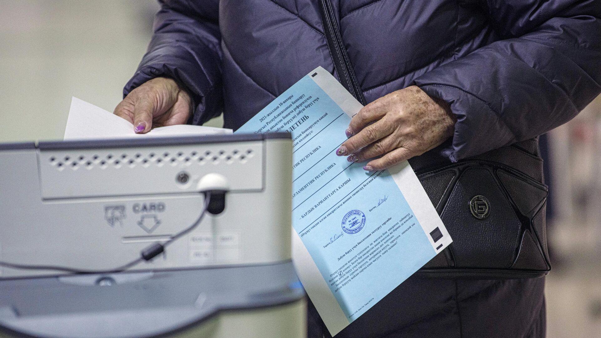 Избиратель голосует на досрочных выборах президента Кыргызской Республики  - РИА Новости, 1920, 10.01.2021