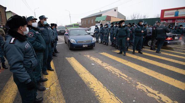 Сотрудники правоохранительных органов перекрывают дорогу к ереванскому аэропорту Звартноц, чтобы обеспечить проезд премьер-министра Никола Пашиняна, направляющегося в Москву