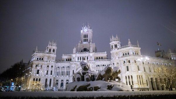 Заснеженный в результате снегопада фонтан Сибелес в Мадриде