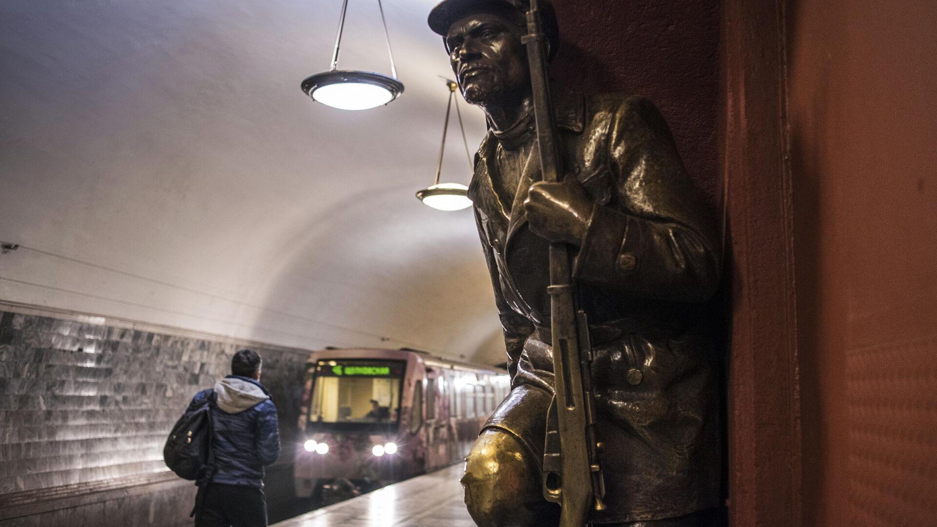 Скульптурная композиция на перроне станции Площадь Революции - РИА Новости, 1920, 03.03.2021