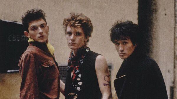 Андрей Крисанов, Георгий Гурьянов и Виктор Цой во дворе мастерской Тимура Новикова. 1985