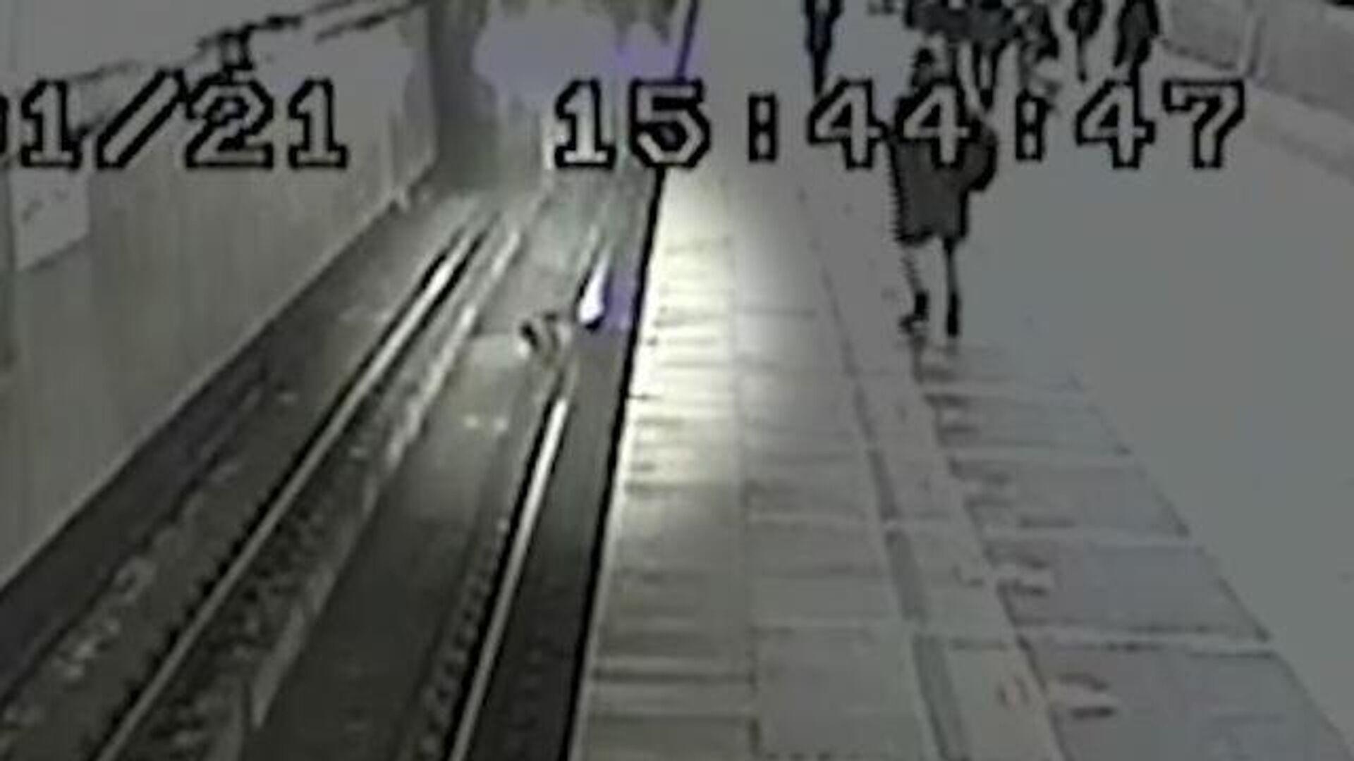 Машинист метро спас упавшего на рельсы ребенка - РИА Новости, 1920, 11.01.2021