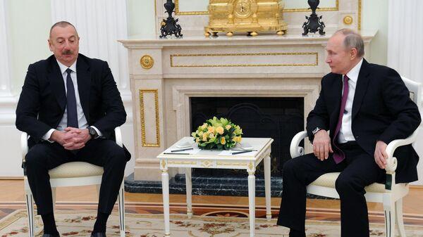 Президент РФ Владимир Путин и президент Азербайджана Ильхам Алиев (слева) во время двусторонней встречи в Кремле
