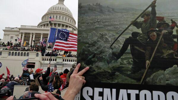 Плакат с картиной Вашингтонский переход через Делавэр в руках сторонников президента США Дональда Трампа во время штурма здание Капитолия США в Вашингтоне
