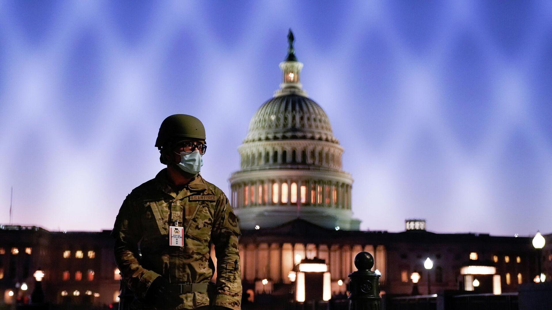 Военнослужащий Национальной гвардии США у здания Капитолия в Вашингтоне - РИА Новости, 1920, 14.01.2021