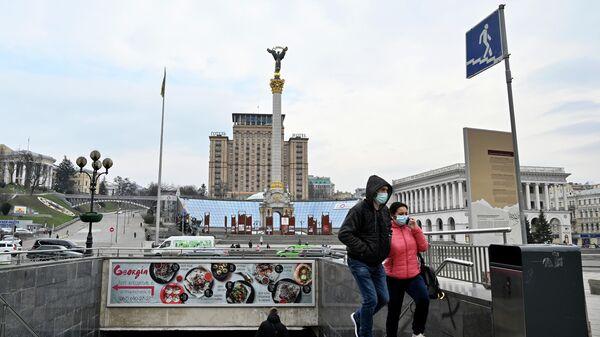 Люди в защитных масках на площади Независимости в Киеве