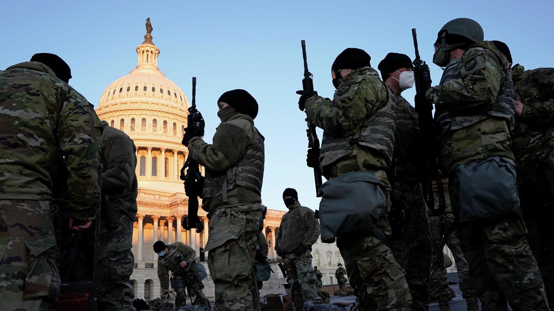 Военнослужащие Национальной гвардии США у здания Капитолия в Вашингтоне - РИА Новости, 1920, 13.01.2021