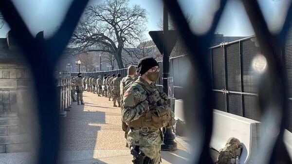 Военнослужащие у здания Капитолия в Вашингтоне