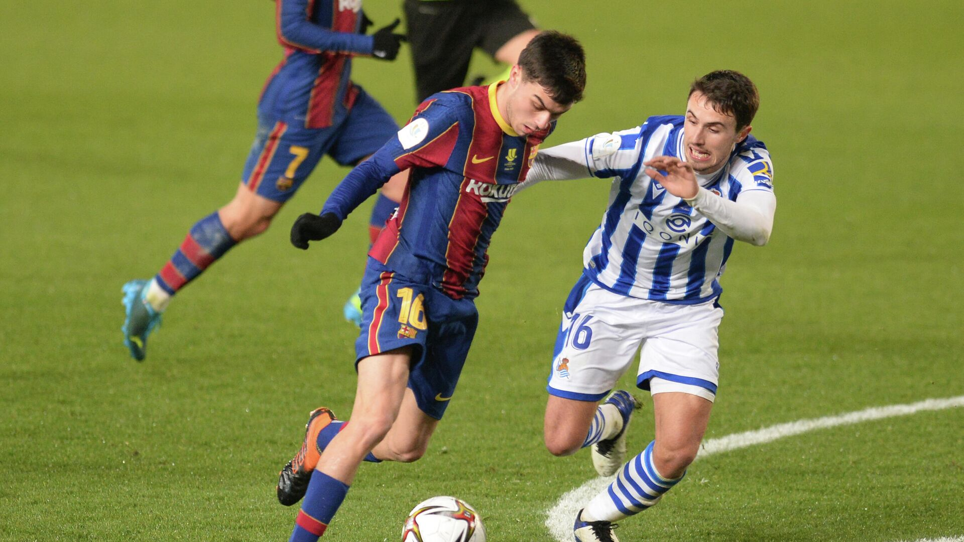 Real Sociedad's Spanish midfielder Ander Guevara (R) vies with Barcelona's Spanish midfielder Pedri during the Spanish Super Cup semi final football match between Real Sociedad and FC Barcelona at the Nuevo Arcangel stadium in Cordoba on January 13, 2021. (Photo by CRISTINA QUICLER / AFP) - РИА Новости, 1920, 14.01.2021