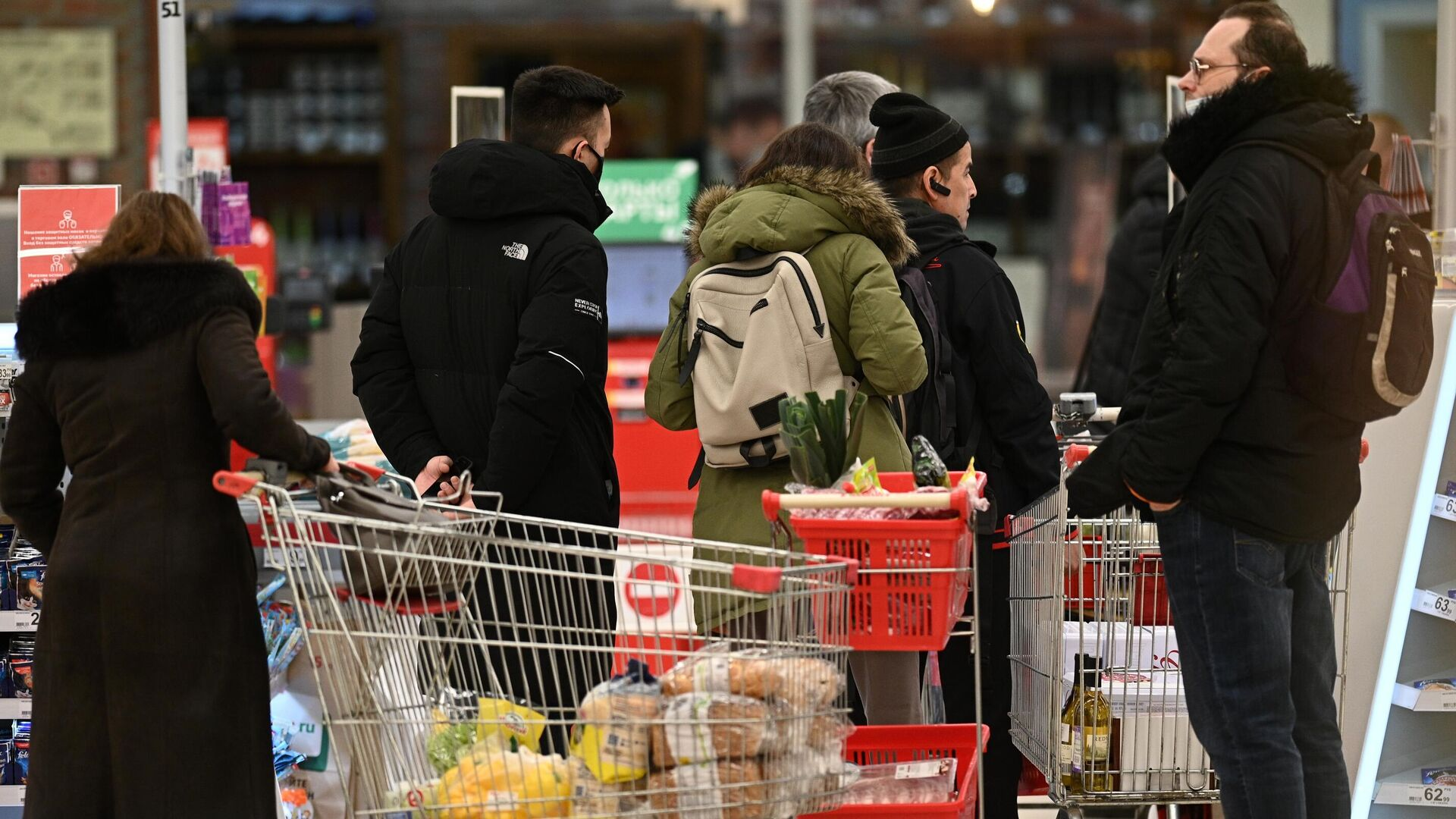 Покупатели в очереди возле кассы в гипермаркете Ашан - РИА Новости, 1920, 16.01.2021