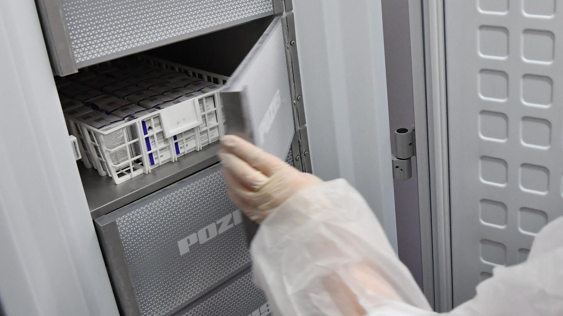 Медработник достает из холодильника вакцину Спутник V от коронавируса COVID-19  - РИА Новости, 1920, 14.01.2021