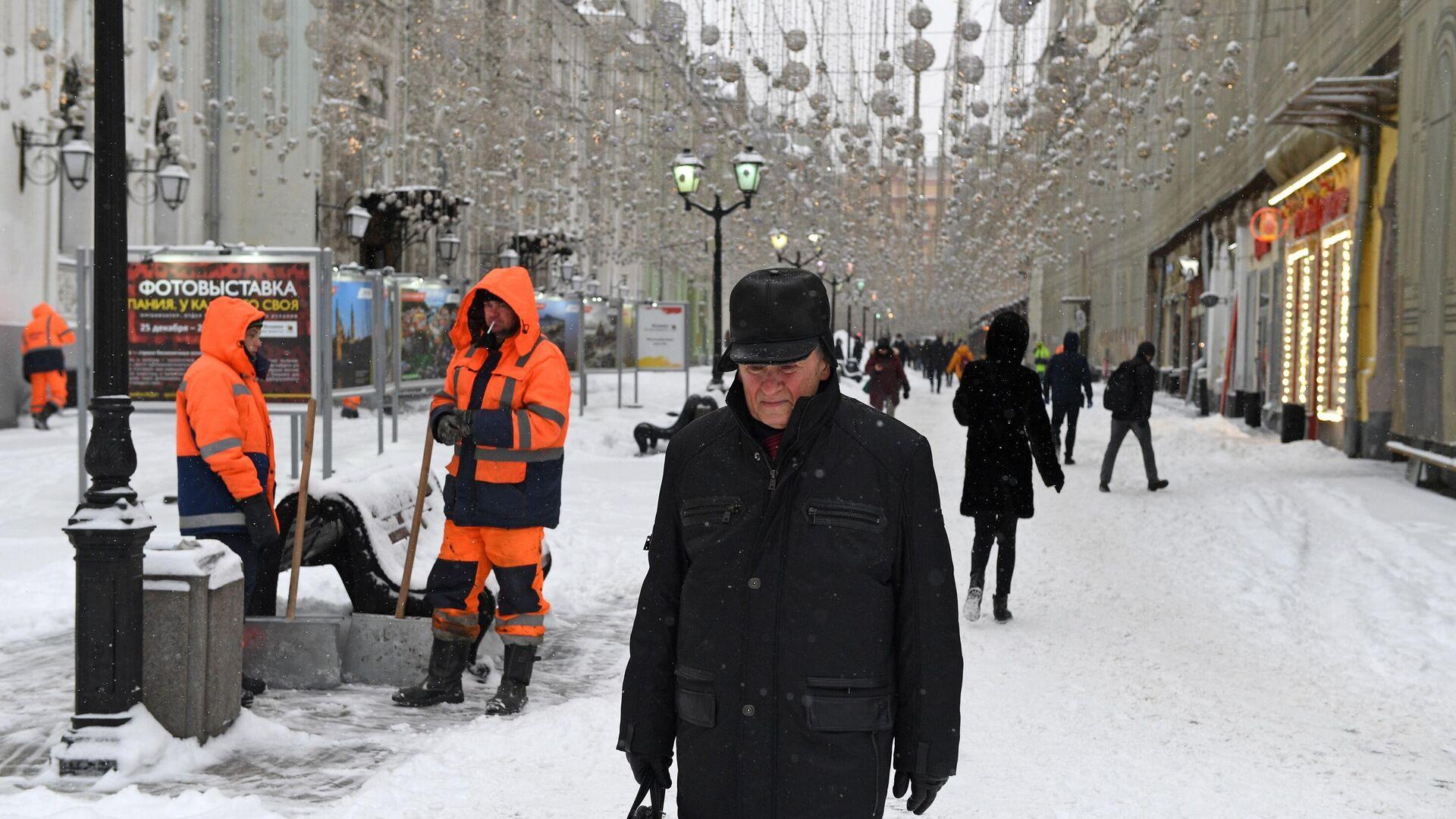 Сотрудники коммунальных служб на заснеженной Никольской улице в Москве - РИА Новости, 1920, 13.02.2021