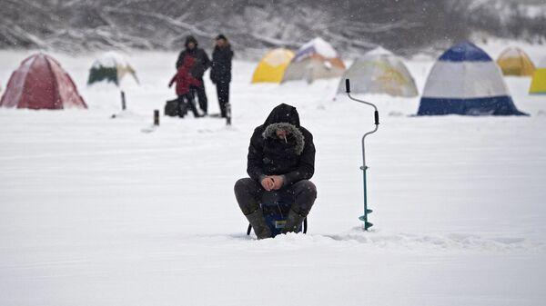 Рыбаки на льду Химкинского водохранилища в Москве