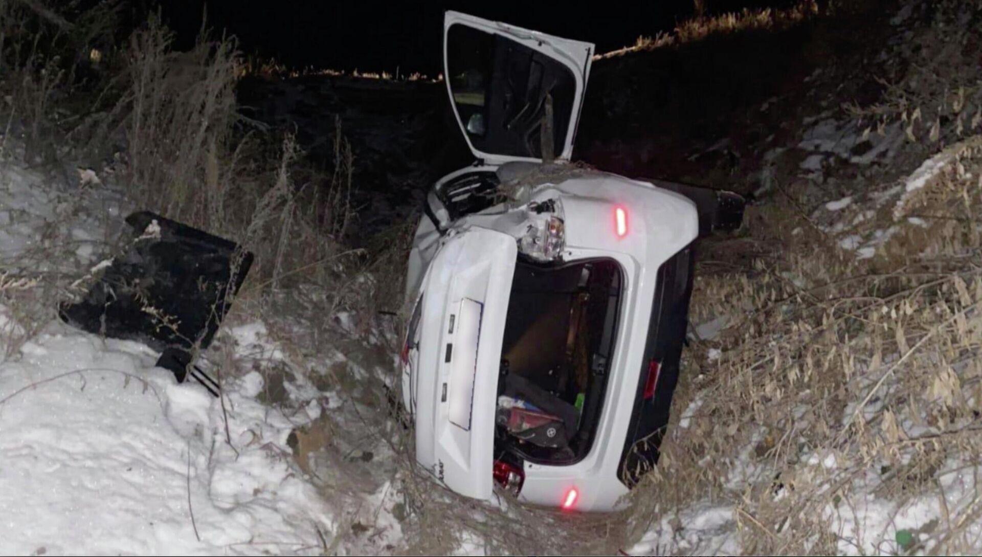 Полицейские под Саратовом спасли водителя автомобиля, упавшего в овраг