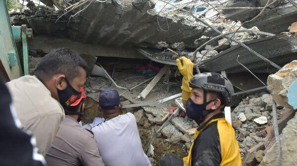 Здание больницы в индонезийском городе Мамуджу, разрушенное в результате землетрясения