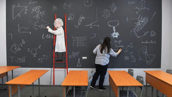 Преподаватель в учебном классе московской общеобразовательной школы №2107 во время подготовки к возобновлению очного обучения
