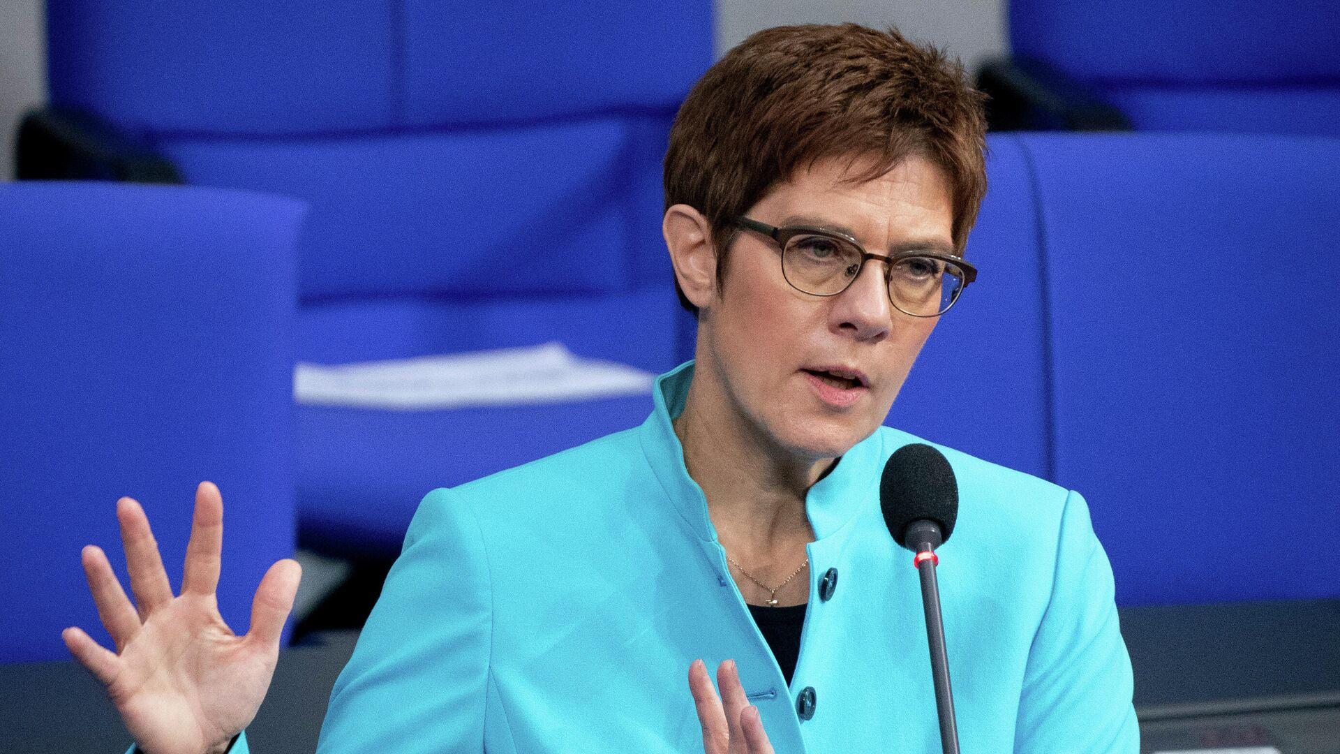 Министр обороны ФРГ призвала Россию объяснить передвижение войск