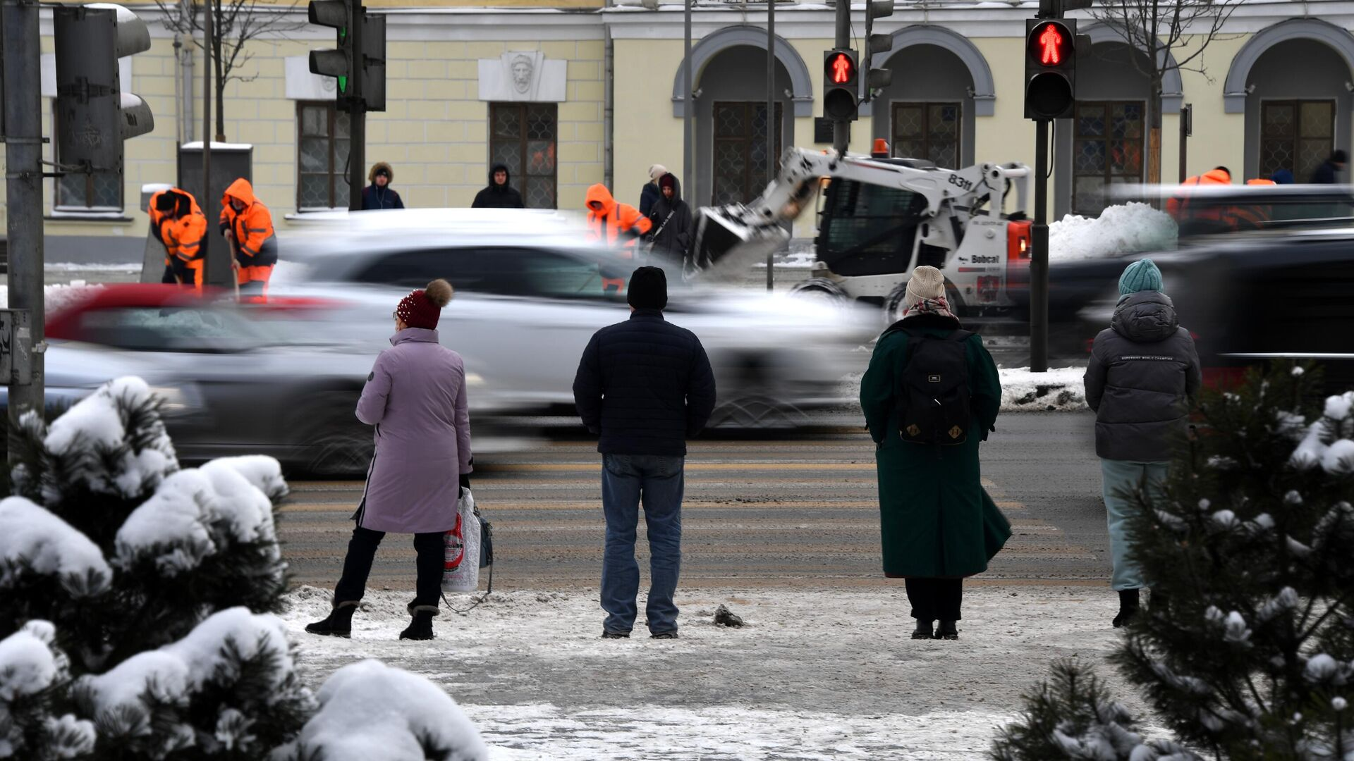 Люди переходят дорогу на одной из улиц в Москве - РИА Новости, 1920, 18.01.2021