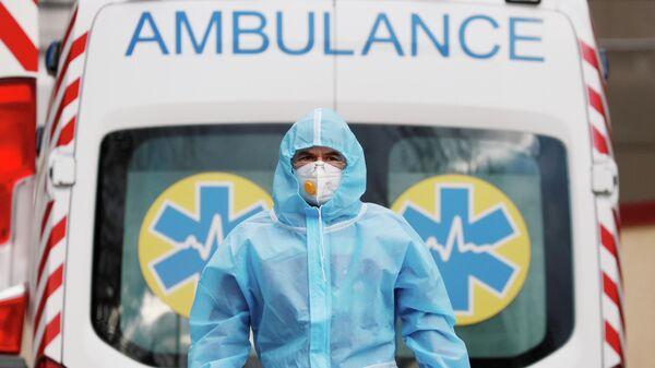 Медицинский работник возле больницы для пациентов c коронавирусом (COVID-19) в Киеве, Украина