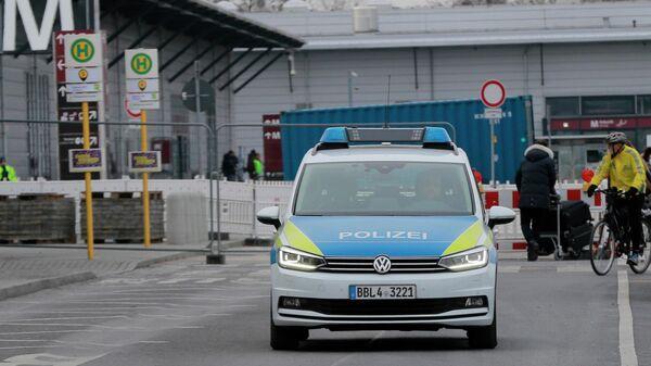 Полицейский автомобиль в аэропорту Бранденбург в Берлине