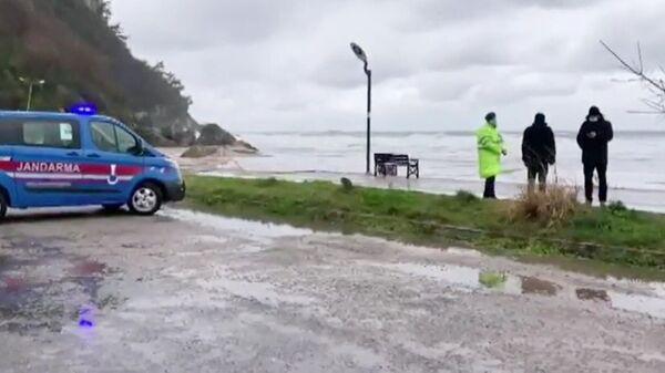 Спасатели на берегу Черного моря в районе Инкуму, где затонул сухогруз Арвин. Кадр видео