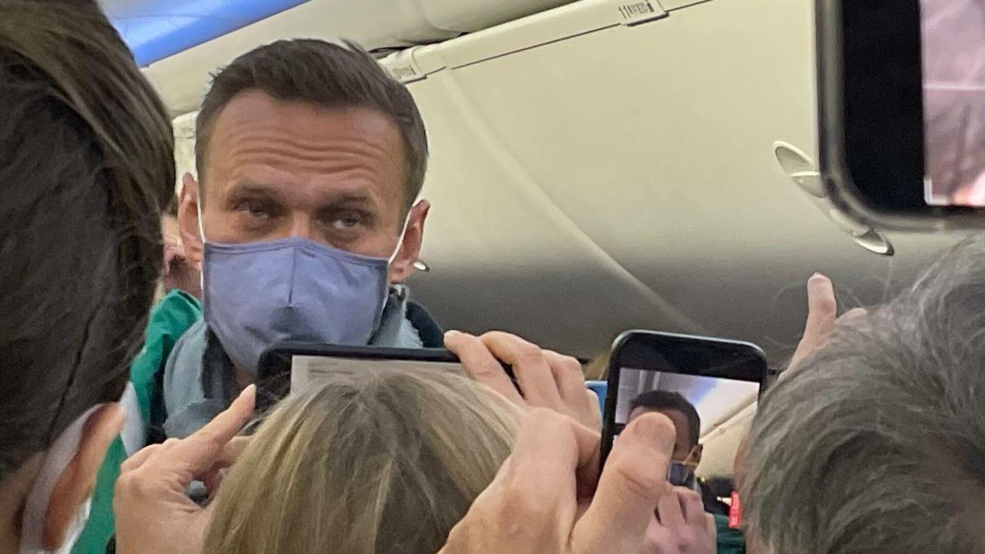 Алексей Навальный в салоне самолета авиакомпании Победа - РИА Новости, 1920, 23.01.2021