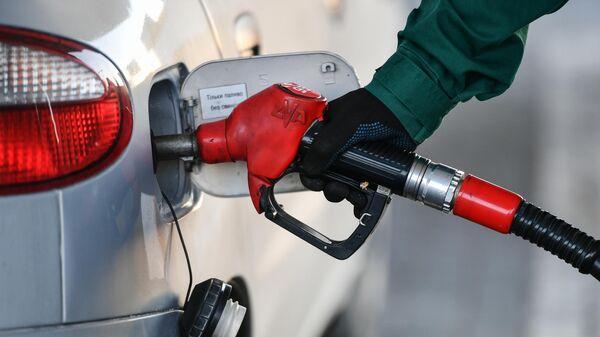 Заправка бензином автомобиля