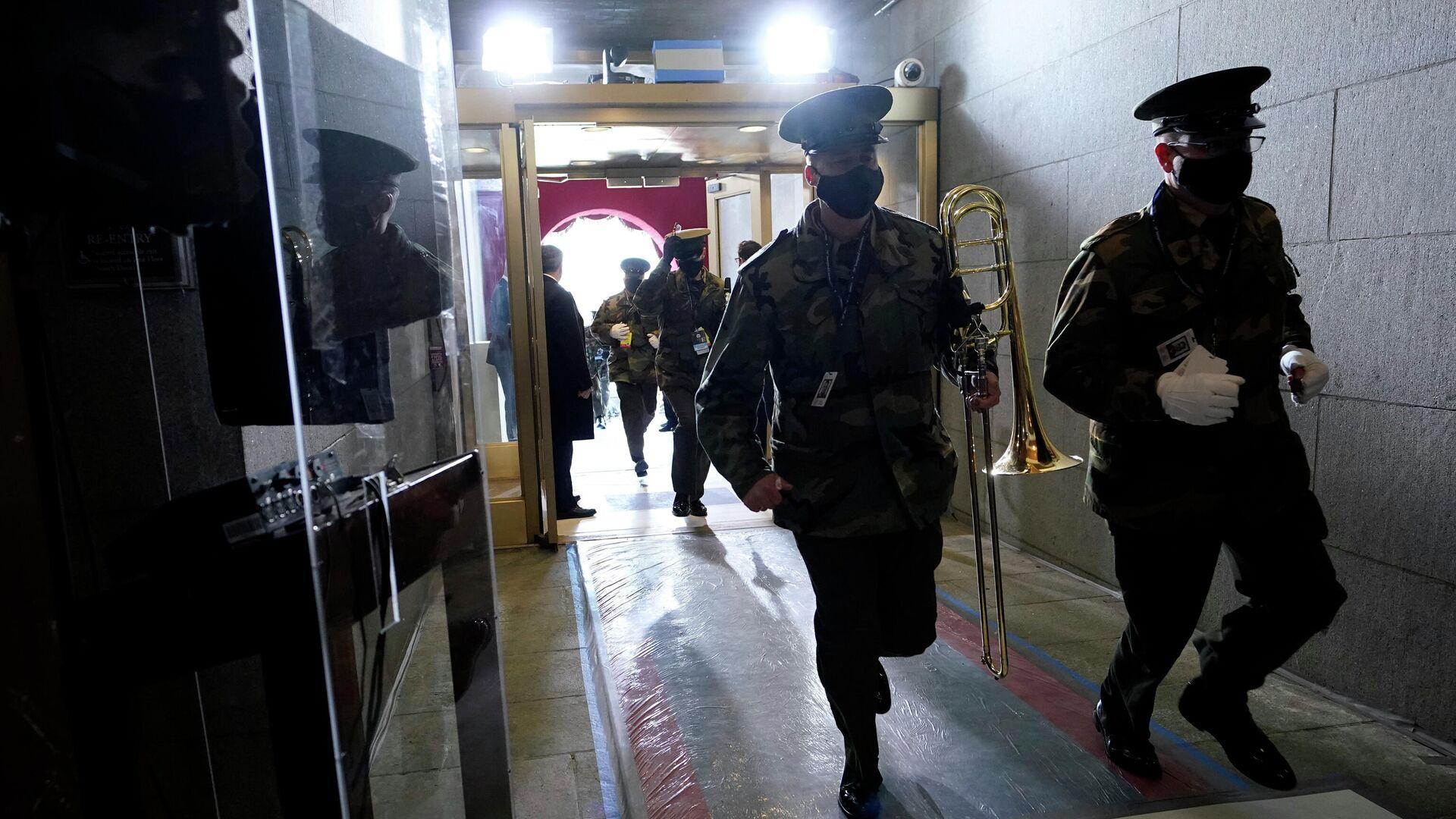 Военнослужащие США во время эвакуации из здания Капитолия в Вашингтоне - РИА Новости, 1920, 18.01.2021