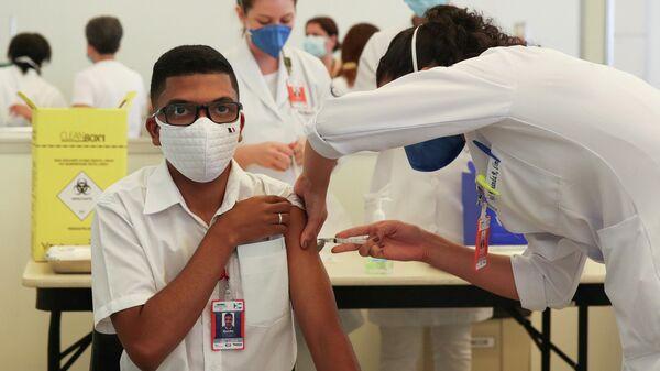 Медицинские работники во время вакцинации от коронавируса