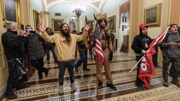 Сторонники президента Дональда Трампа выстроились напротив сотрудников полиции во время вторжения в Капитолий в Вашингтоне