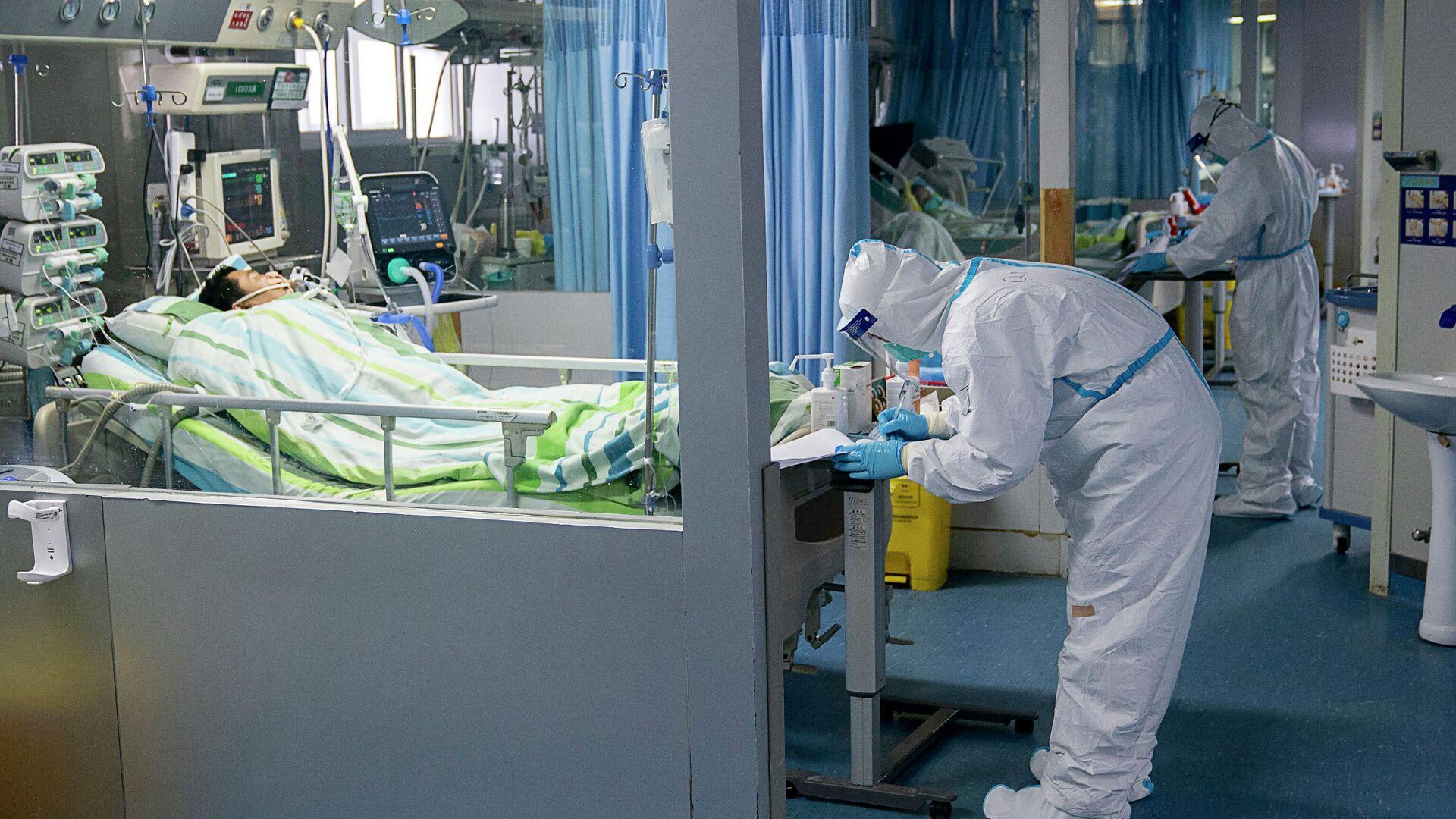 Медицинские работники и пациенты в палате интенсивной терапии в больнице в Китае - РИА Новости, 1920, 12.09.2021