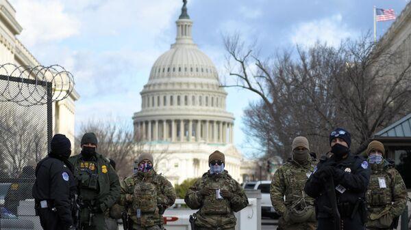 Сотрудники Национальной гвардии, полиции и ФБР на контрольно-пропускном пункте возле здания Капитолия в Вашингтоне перед началом инаугурации избранного президента США Джо Байдена