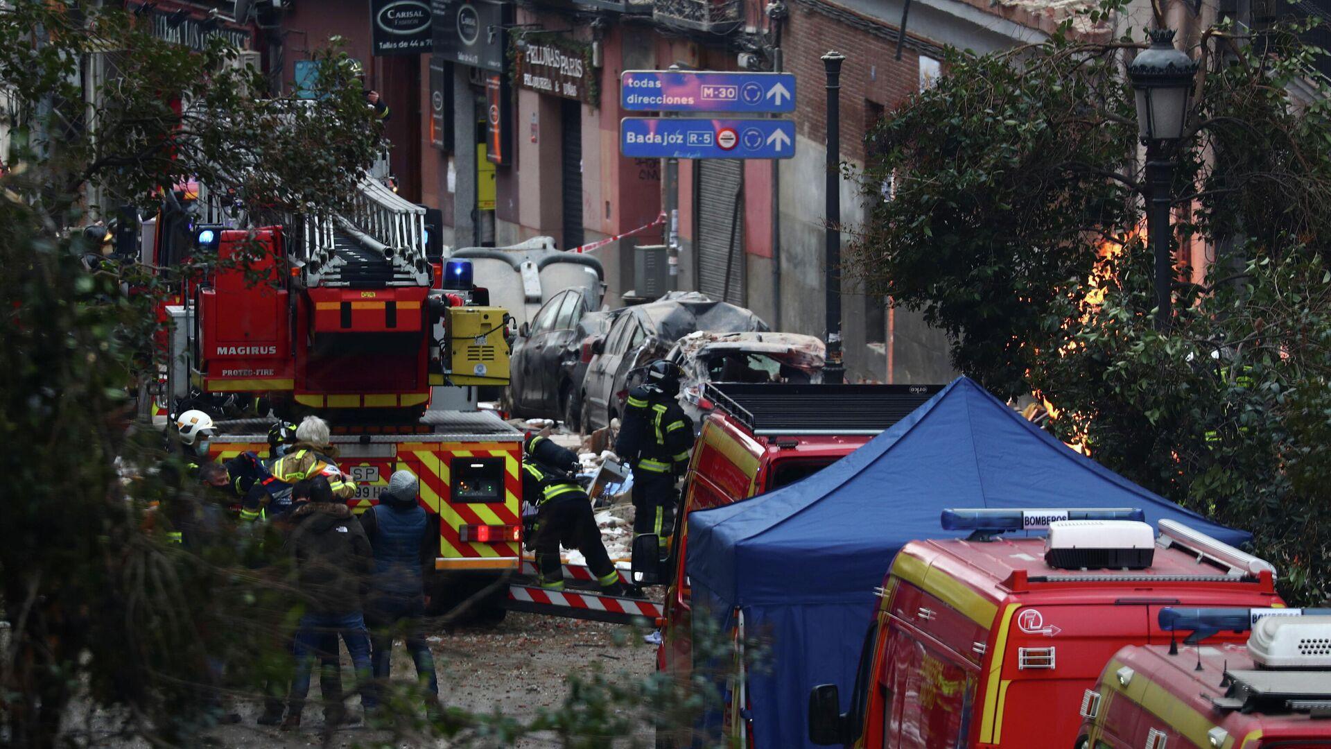Пожарные на месте взрыва здания в Мадриде - РИА Новости, 1920, 20.01.2021