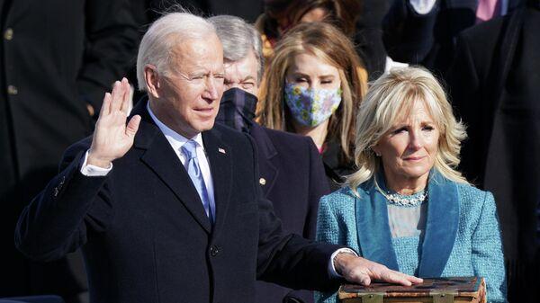 Джо Байден приносит присягу в качестве 46-го президента США