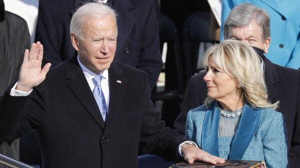 Избранный президент США Джозеф Байден с супругой Джилл во время присяги