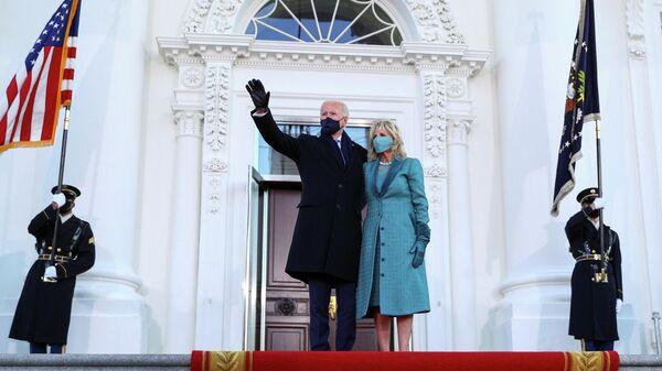 Президент США Джо Байден с супругой Джилл у Белого дома