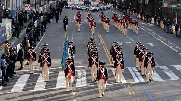 Участники военного марша идут по 15-й улице во время Президентского эскорта к Белому дому в Вашингтоне, округ Колумбия, США