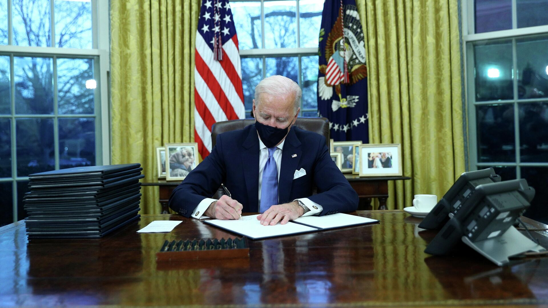 Президент США Джо Байден подписывает документы в в Овальном кабинете Белого дома в Вашингтоне после церемонии инаугурации - РИА Новости, 1920, 21.01.2021
