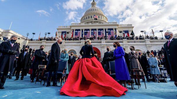 Избранный президент США Джо Байден и избранный вице-президент Камала Харрис разговаривают с Леди Гагой после исполнения Национального гимна во время 59-й президентской инаугурации в Капитолии США