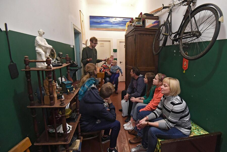 Гид проводит экскурсию для посетителей музея Арткоммуналка. Ерофеев и Другие в Коломне