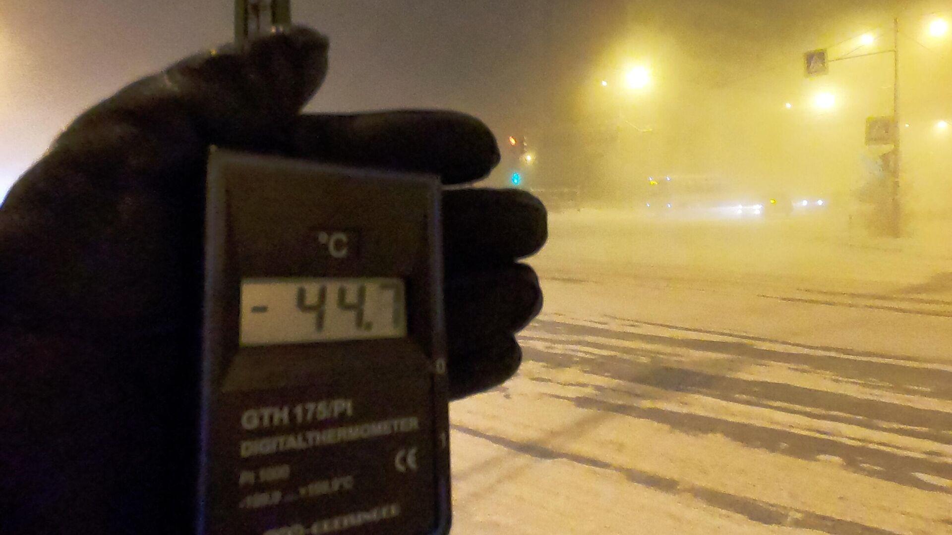 Человек держит в руках цифровой термометр с датчиком на улице в Якутске. Температура воздуха на территории Якутии впервые в этом сезоне опустилась ниже -50 градусов. - РИА Новости, 1920, 22.01.2021
