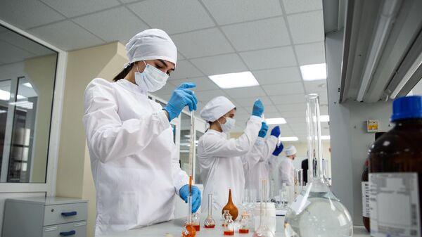 Сотрудницы в физико-химической лаборатории отдела контроля качества на предприятии Фармасинтез в Иркутске