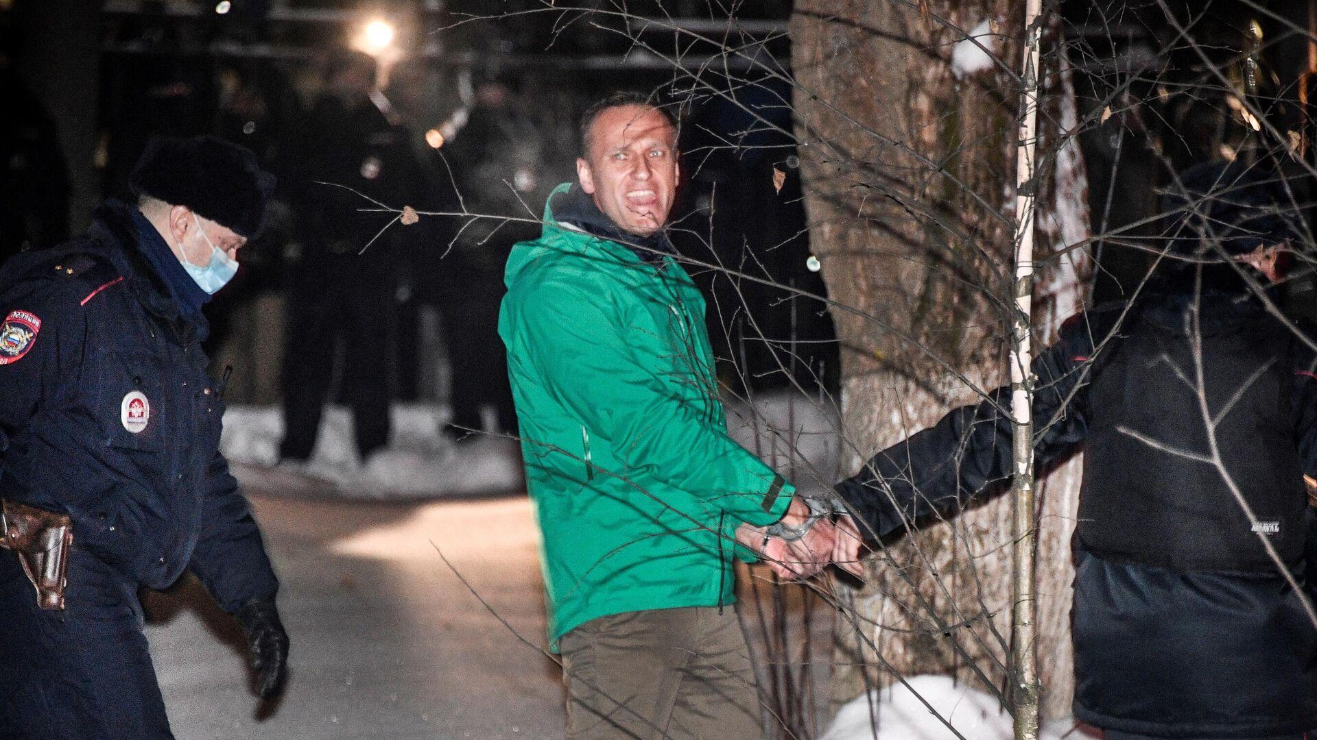 Сотрудники полиции выводят Алексея Навального (в центре) из здания 2-го отдела полиции Управления МВД России по г. о. Химки - РИА Новости, 1920, 23.01.2021