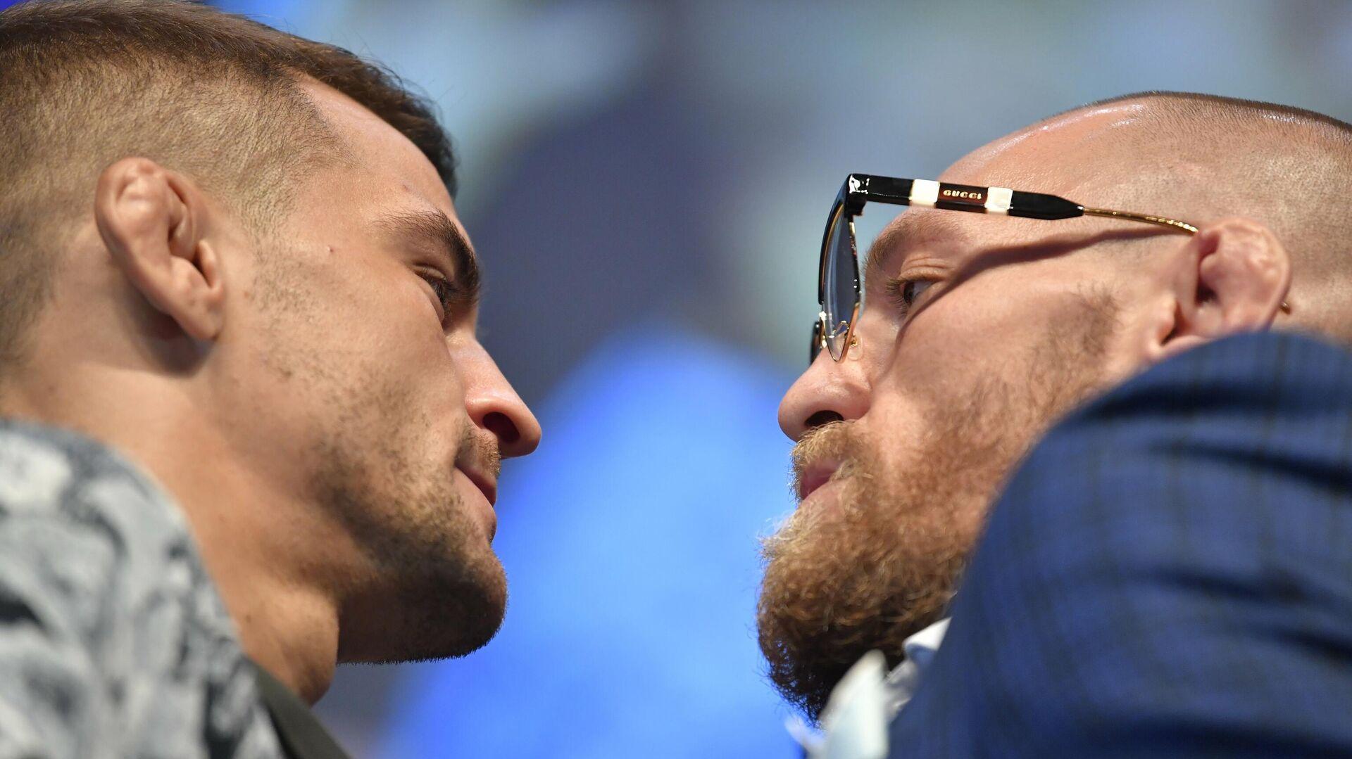Дуэль взглядов между бойцами UFC Дастином Порье (слева) и Конором Макгрегором - РИА Новости, 1920, 22.01.2021