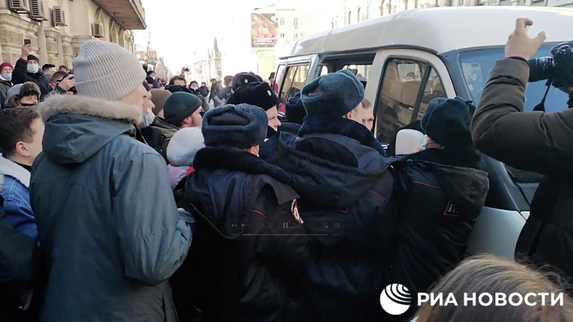 Сотрудники полиции и участники несанкционированной акции протеста во Владивостоке. Кадр видео - РИА Новости, 1920, 23.01.2021