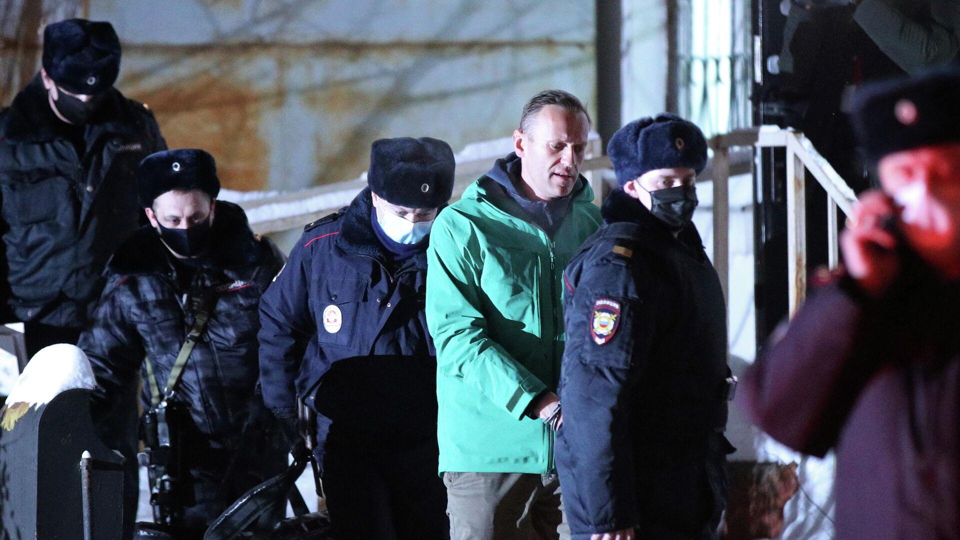 Сотрудники полиции выводят Алексея Навального из здания 2-го отдела полиции Управления МВД России по г. о. Химки - РИА Новости, 1920, 23.01.2021