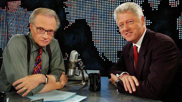 Американский телеведущий Ларри Кинг и  бывший президент США Билл Клинтон