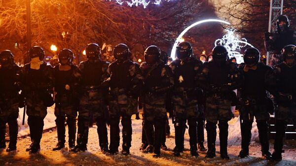 Сотрудники правоохранительных органов стоят в оцеплении на Цветном бульваре в Москве во время несанкционированной акции сторонников Алексея Навального
